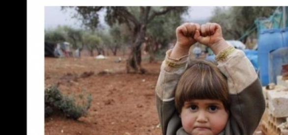 Menina síria é fotografada em campo de refugiados