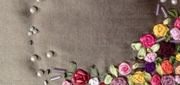 Broderie fleurie aux rubans - expo