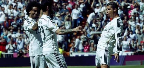 Cristiano Ronaldo comemora gol com Marcelo e Isco.