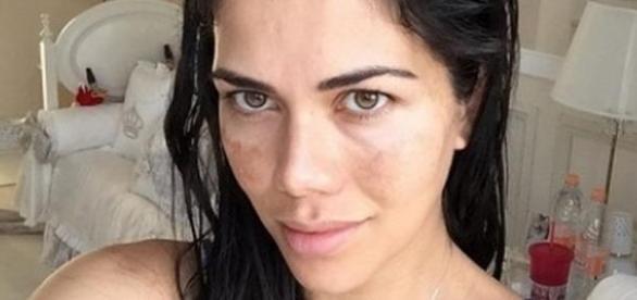 Daniela Albuquerque faz simpatia e usa xixi