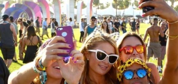 Paris Hilton tira selfies com fãs