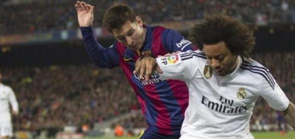Marcelo y Messi forcejeando en el último Clásico