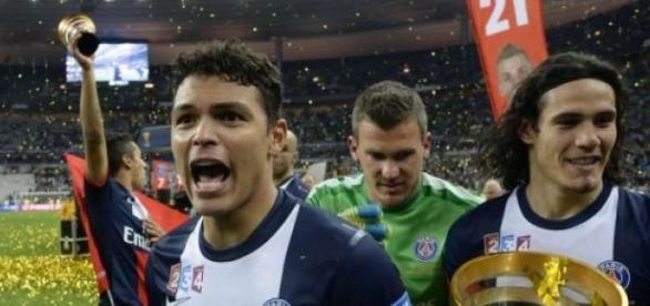 Thiago Silva e Cavani levantando mais um troféu