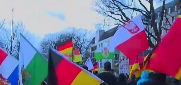 Polnische und kursächsische Fahnen, Pegida-Dresden