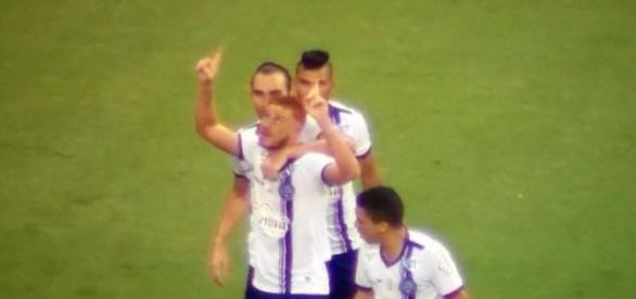 Souza comemora um dos três gols que fez no Sport