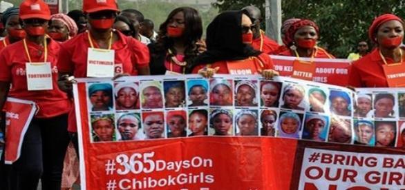 365 días sin ellas, manifestantes marchan en Abuja