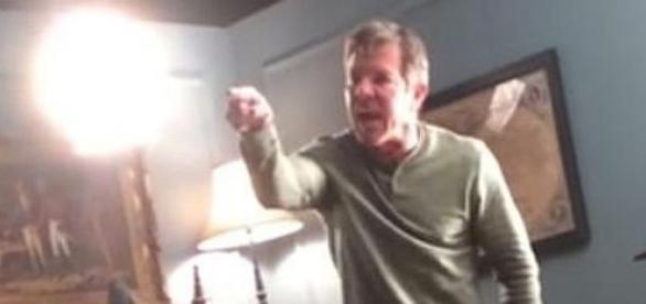 Dennis Quaid grita com elementos do staff.