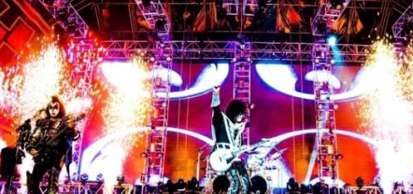 O Kiss em ação: rock'n'roll e muita pirotecnia