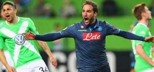 Higuaín abriu o placar na goleada do Napoli.