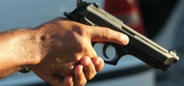 Homem terá matado a esposa com uma arma de fogo