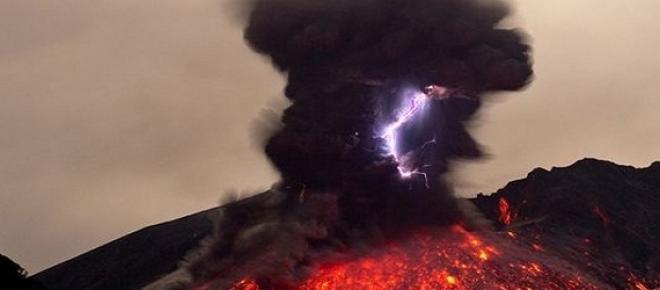 Un fulger în mijlocul erupției