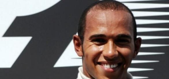 Hamilton vence e lidera F1.