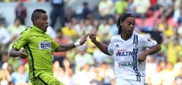 Ronaldinho se puso a mano con la afición de México