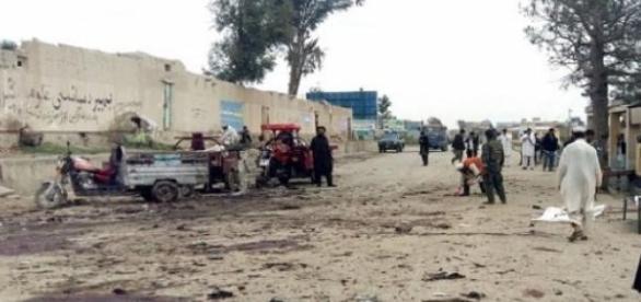 Afegãos a trabalhar no local após a explosão.