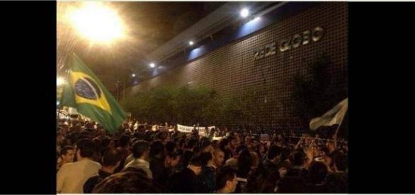 Centenas de pessoas fazem manifesto contra Globo