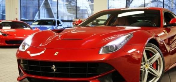 Ferrari ciocneste un magazin