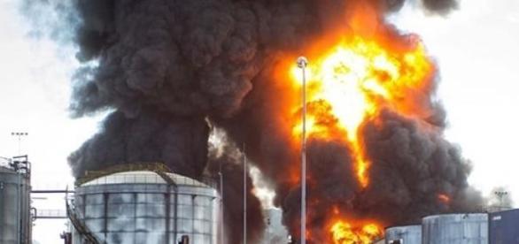 Incêndio de grande proporção na entrada de Santos