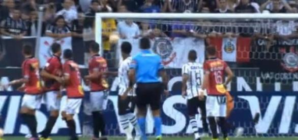 Jadson abre o placar para o Corinthians.