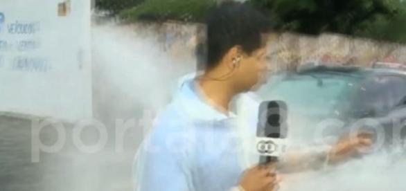 Repórter ao vivo leva banho