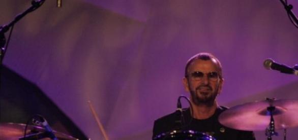 Ringo Starr am Schlagzeug mit Band