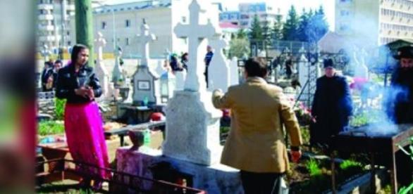 Tiganii cu gratarul intre cruci si morminte