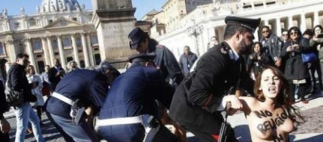 Des Femen sur la Place Saint Pierre de Rome