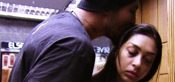 Amanda muda com Fernando e não fala mais dele