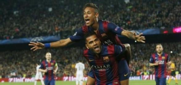 Neymar e Dani Alves comemoram segundo gol do Barça