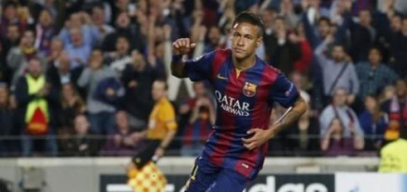 Neymar comemora um dos gols que fez contra o PSG
