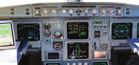 Panel de control de un avión de pasajeros