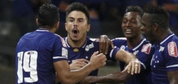 Willian abre o placar para o Cruzeiro.