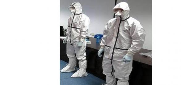 fotos de un taller para utilizar los trajes protec