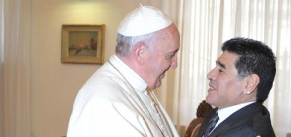 Maradona saluda al Papa en el Vaticano