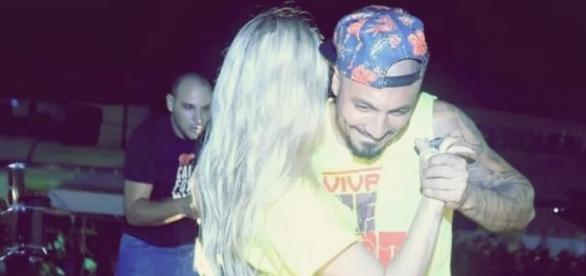 Ex-BBBs Aline e Fernando dançam agarradinhos