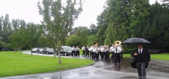 Funeral en un cementerio con música
