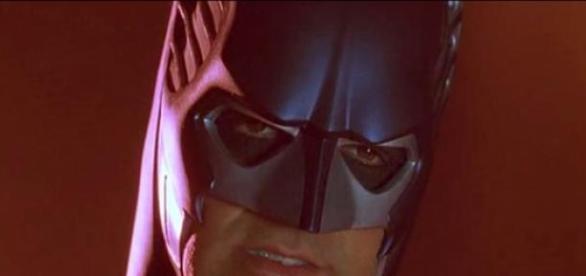 Gibt sich George Clooney als Batman aus?