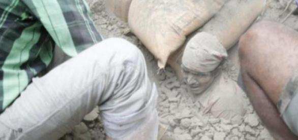 La foto de un hombre atrapado en los escombros