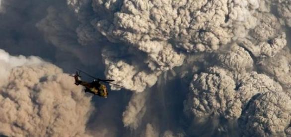 Nuvens de cinzas de um vulcão em actividade