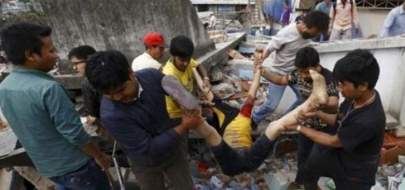 Terremoto causa morte e destruição