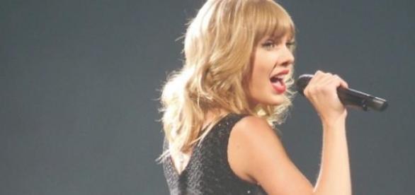 Calvin Harris beschützt Freundin Taylor Swift.