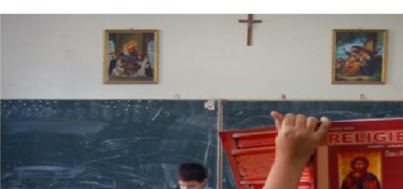 Un preot încurajează atitudinea homofobă în școli