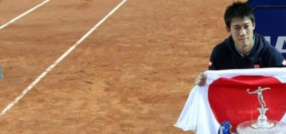 Kei Nishikori festejando su bicampeonato catalán