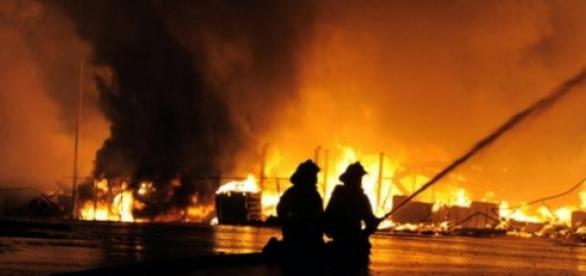 Les pompiers ont oeuvré toute la nuit à Baltimore.