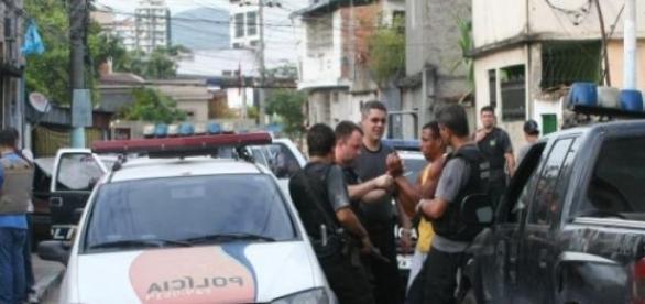 Detenção dos suspeitos pela polícia do Rio Janeiro