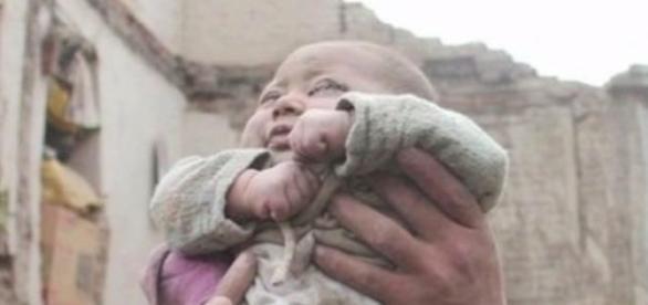 Niemowlę znalezione w gruzach w Nepalu