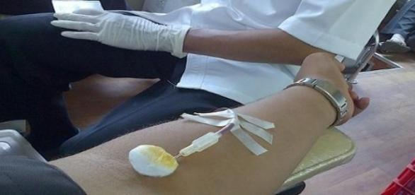 una persona donando sangre