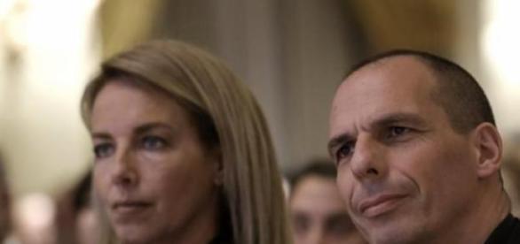 Yaris Varoufakis acompañado de su mujer