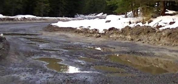 Gropi și chiar lipsa asfaltului în România