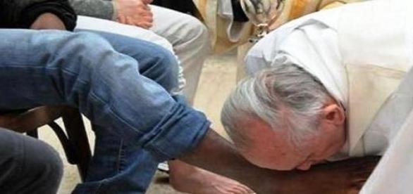 Papa lava os pés num complexo prisional em Roma.