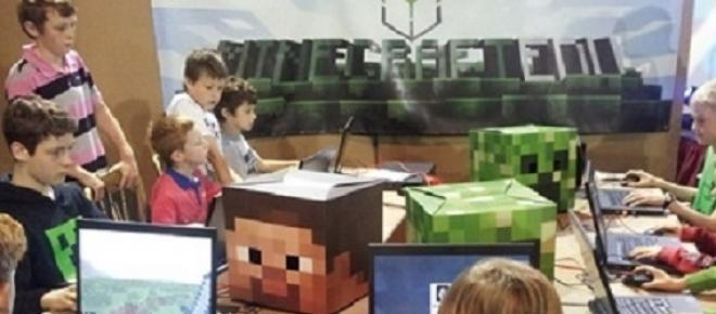 Alumnos en clase aprendiendo con Minecraft